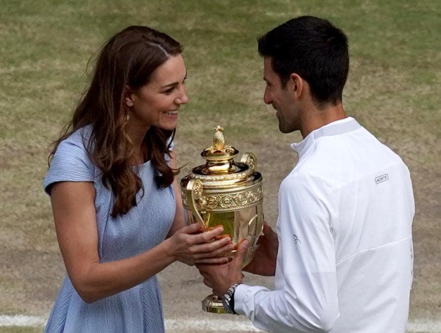 Novak Djokovic riceve il trofeo da lla duchessa di Cambridge, Kate,  dopo aver vinto contro Roger Federer . EPA/WILL OLIVER