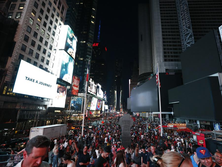 Il blackout di questa notte a New York   (AP Photo/Michael Owens)