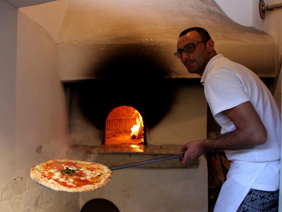 Proclamazione dell'arte del pizzaiolo come patrimonio dell'Unesco: forno a legna. (AGF)