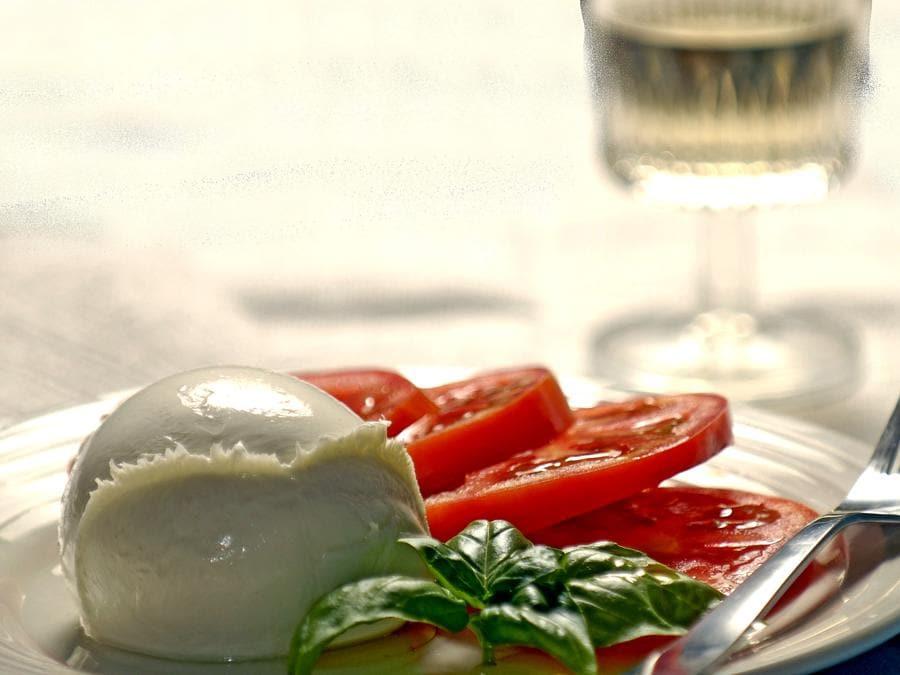 Alcuni alimenti della dieta mediterranea: caprese, pomodoro, mozzarella e basilico  (Agf)