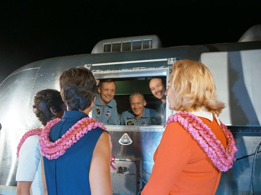 27 luglio 1969, Ellington Air Force Base. Neil A. Armstrong, Edwin E. Aldrin Jr. e  Michael Collins in quarantena e  le loro mogli (Reuters)
