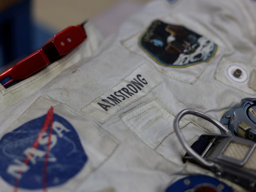 26 giugno  2019, Chantilly, Virginia. La tuta di Neil Armstrong esposta al Smithsonian's Air and Space Museum's Udvar-Hazy Center (Reuters)