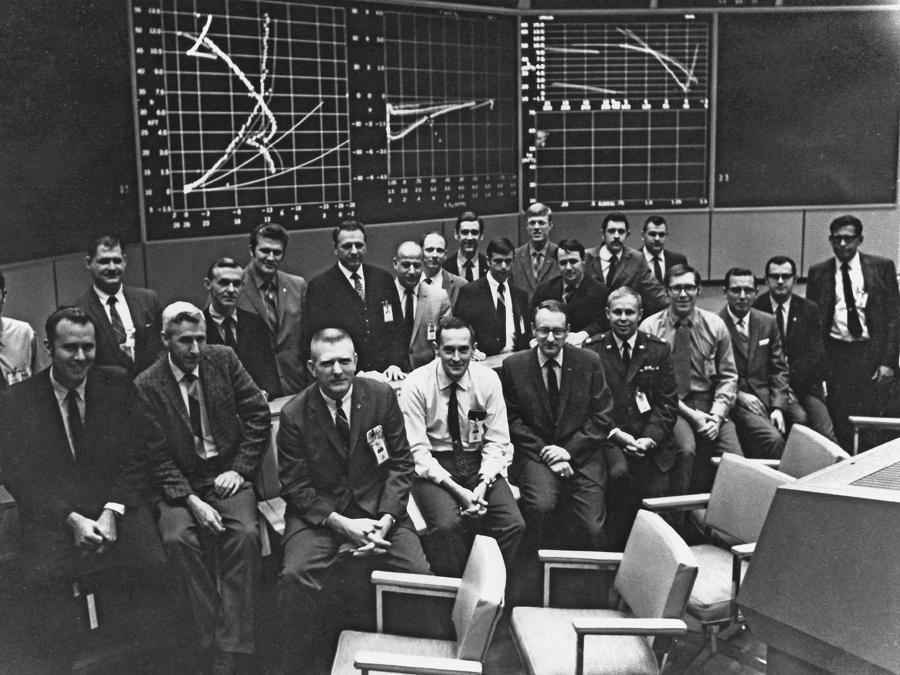 Luglio 1969, Houston, Mission Operation Control Room.   Spencer Gardner, quarto da destra in prima fila, con l'Apollo 11 White Team (Nasa via Ap)