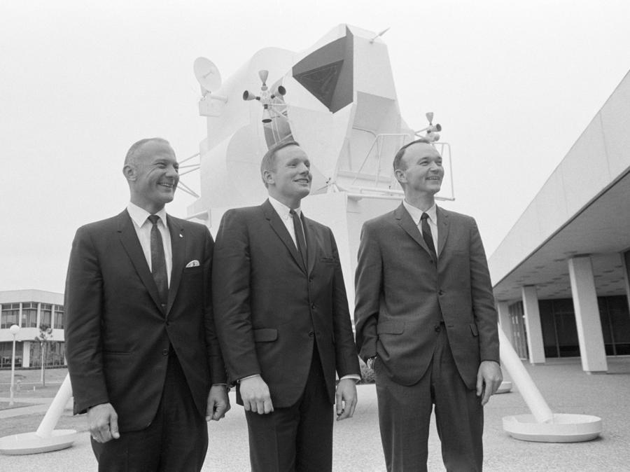 10 gennaio 1969, Building 1. Da sinistra, Buzz Aldrin,  Neil Armstrong e Michael Collins (Afp)