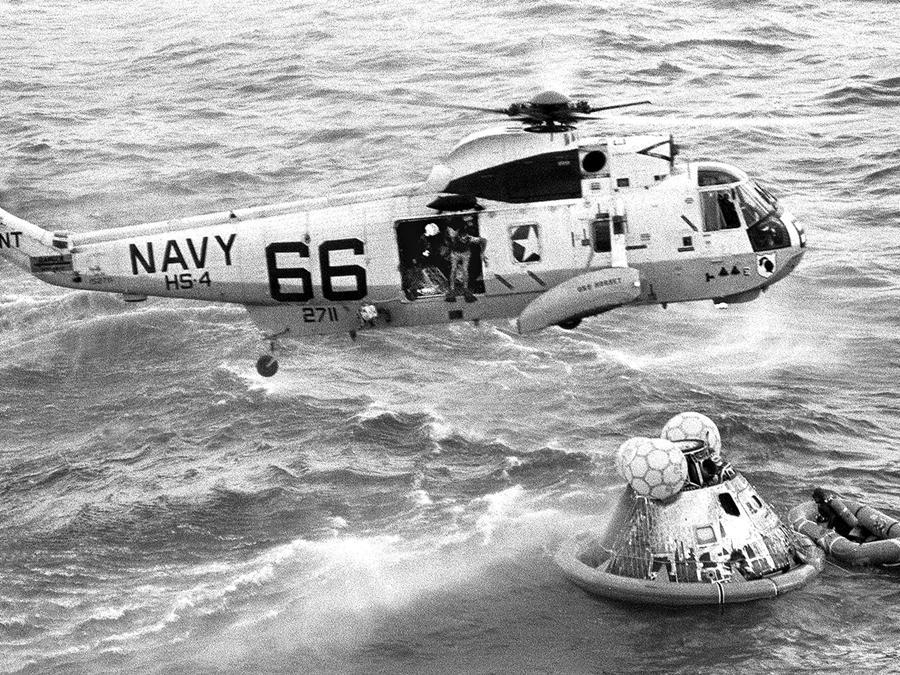 24 luglio 1969, Oceano Pacifico.  Clancy Hatleberg si prepara al lancio(Ansa/Ap)