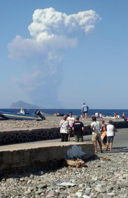 Un'immagine da Lipari della violenta esplosione registrata dal cratere del vulcano Stromboli dall'Ingv di Catania. Due trabocchi di lava scendono dalla Sciara del fuoco. La caduta di lapilli sta provocando degli incendi nella zona dei canneti. Dei turisti per paura si sono lanciati in mare (Ansa)
