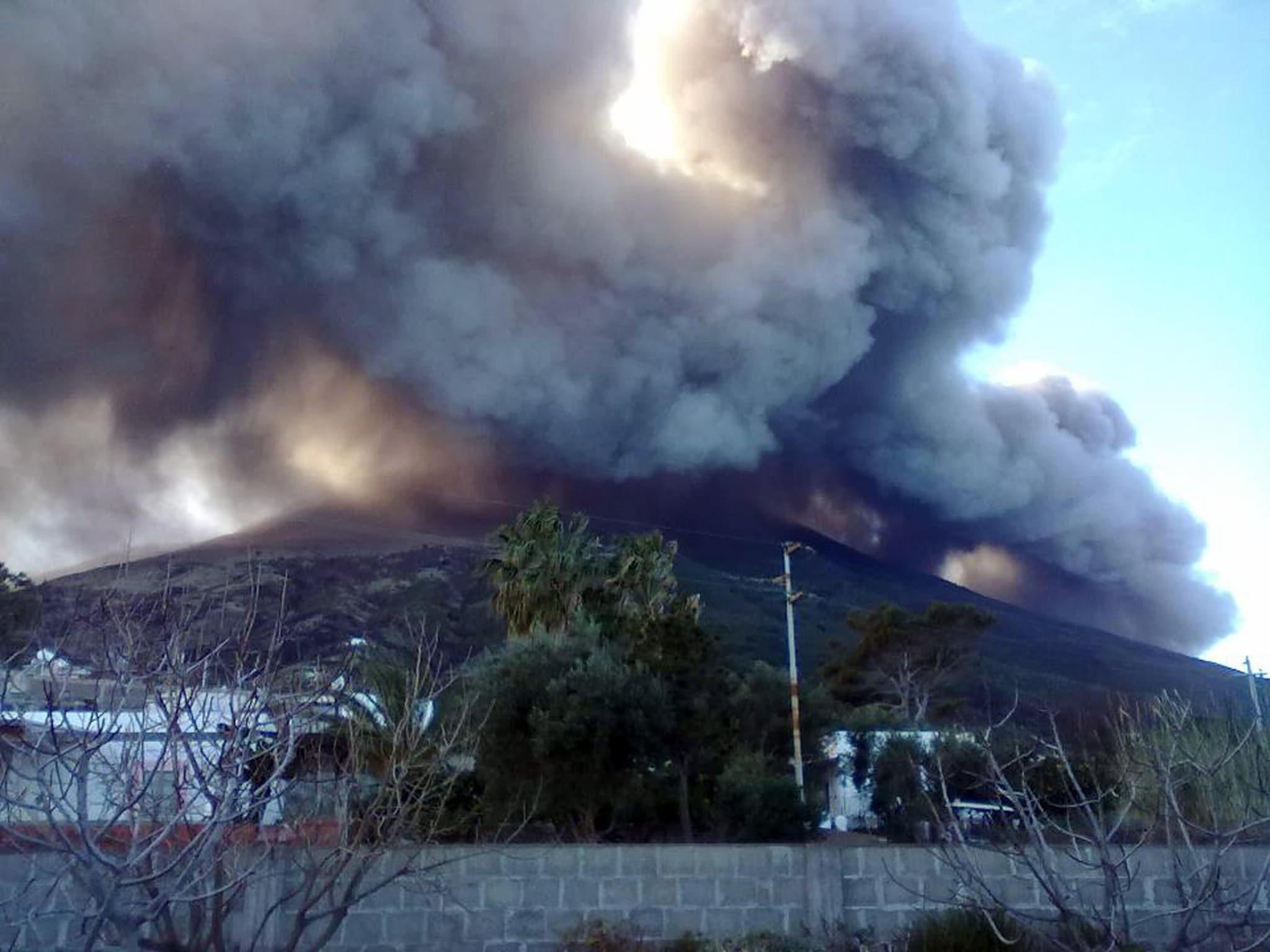 La grande nube di fumo causata da un'eruzione del vulcano Stromboli, Stromboli  (Ansa)