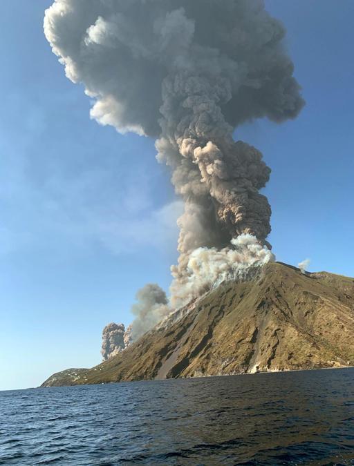 Un'immagine della violenta esplosione registrata dal cratere del vulcano Stromboli dall'Ingv di Catania. Due trabocchi di lava scendono dalla Sciara del fuoco. La caduta di lapilli sta provocando degli incendi nella zona dei canneti. Dei turisti per paura si sono lanciati in mare  (Ansa/Twitter/Mario Calabresi)