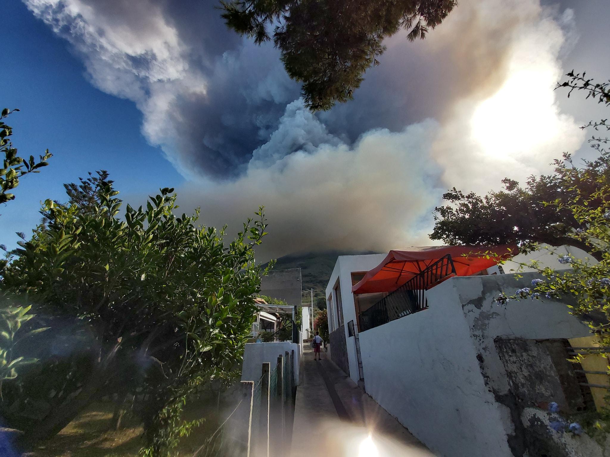 Un'immagine della violenta esplosione registrata dal cratere del vulcano Stromboli(foto Eric Stefanati)