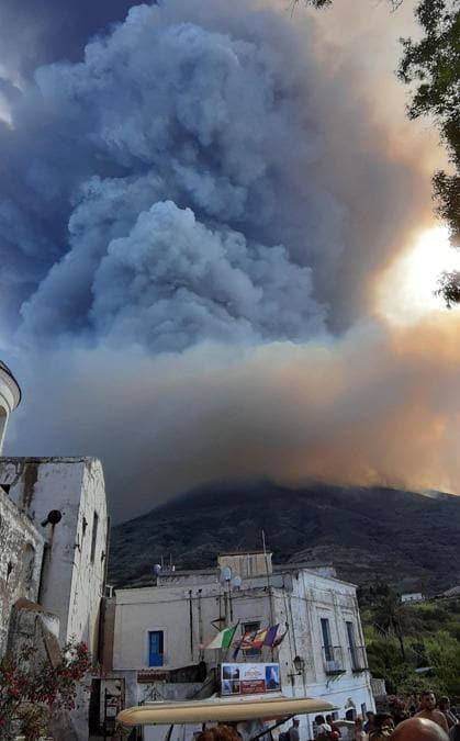 Una nube enorme di fumo dopo l'esplosione del vulcano a Stromboli. (Ansa/Nicola Marchisio)