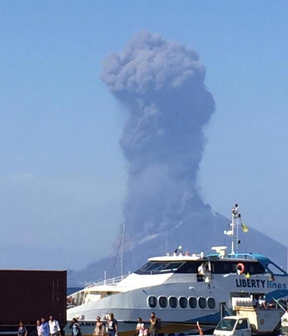 Una nube enorme di fumo dopo l'esplosione del vulcano a Stromboli. (Ansa/Bartolino Leone)