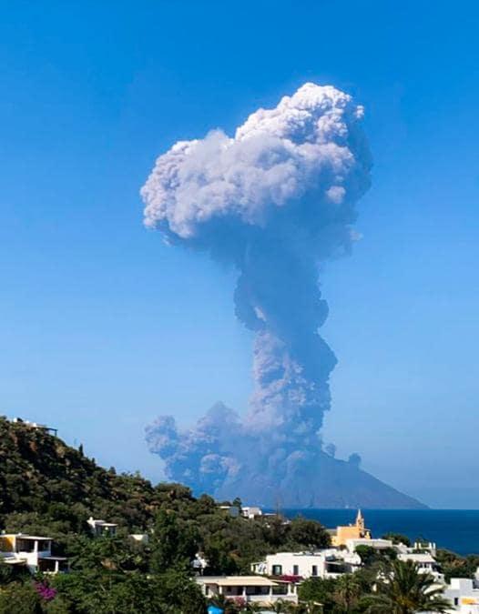 Una nube enorme di fumo dopo l'esplosione del vulcano a Stromboli (Photo by Fiona Carter / Twitter account of @FionaCarter / Afp)