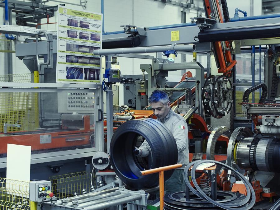 Reparto Confezione dello stabilimento Pirelli, 2016, foto Carlo Furgeri Gilbert
