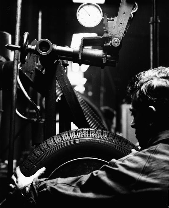 Interno stabilimento Settimo Vettura, 1969, foto di Rodolfo Facchini (courtesy of Fondazione Pirelli)
