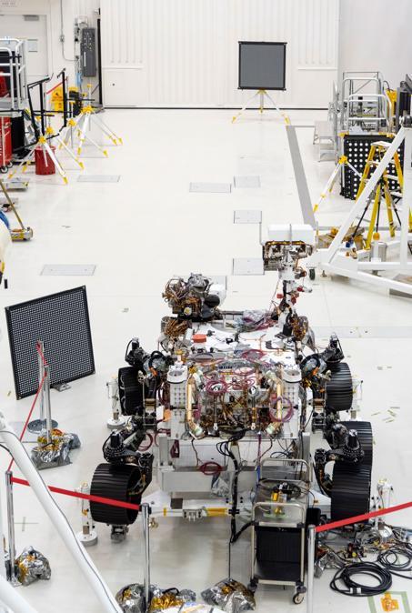 """Il rover Mars 2020 viene sottoposto a un esame """"oculare"""" dopo l'installazione di più telecamere. Il rover trasporta di tutto, dalle fotocamere panoramiche grandangolari alle fotocamere con obiettivo zoom ad angolo stretto ad alta risoluzione. L'immagine è stata scattata il 23 luglio 2019, nell'High Bay 1 della Facility Assembly Assembly presso il Jet Propulsion Laboratory di Pasadena, in California. (Credit: NASA/JPL-Caltech)"""