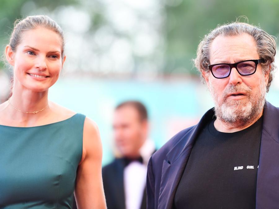 Il regista americano Julian Schnabel e la compagna, la sceneggiatrice Louise Kugelberg per la prima del film «J'Accuse» (Un ufficiale e una Spia). (Photo by Alberto PIZZOLI / AFP)