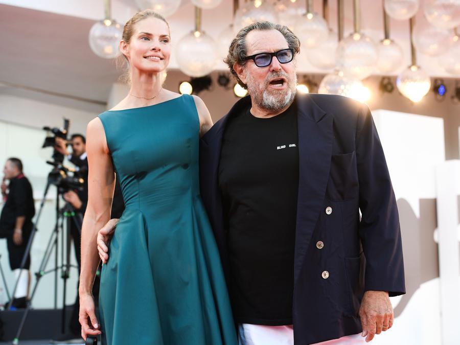 Il regista americano Julian Schnabel e la compagna, la sceneggiatrice Louise Kugelberg per la prima del film «J'Accuse» (Un ufficiale e una Spia). (Photo by Vincenzo PINTO / AFP)