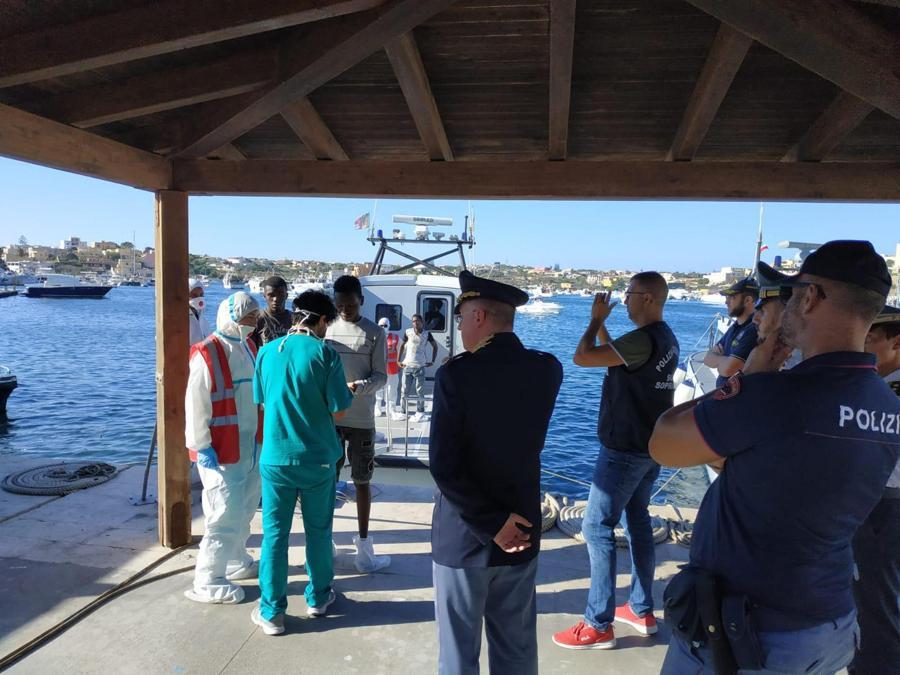 L'arrivo nel porto di Lampedusa dei 27 minori fatti sbarcare dalla nave della Ong spagnola Open Arms dopo 16 giorni di permanenza in mare. (ANSA/CONCETTA RIZZO)