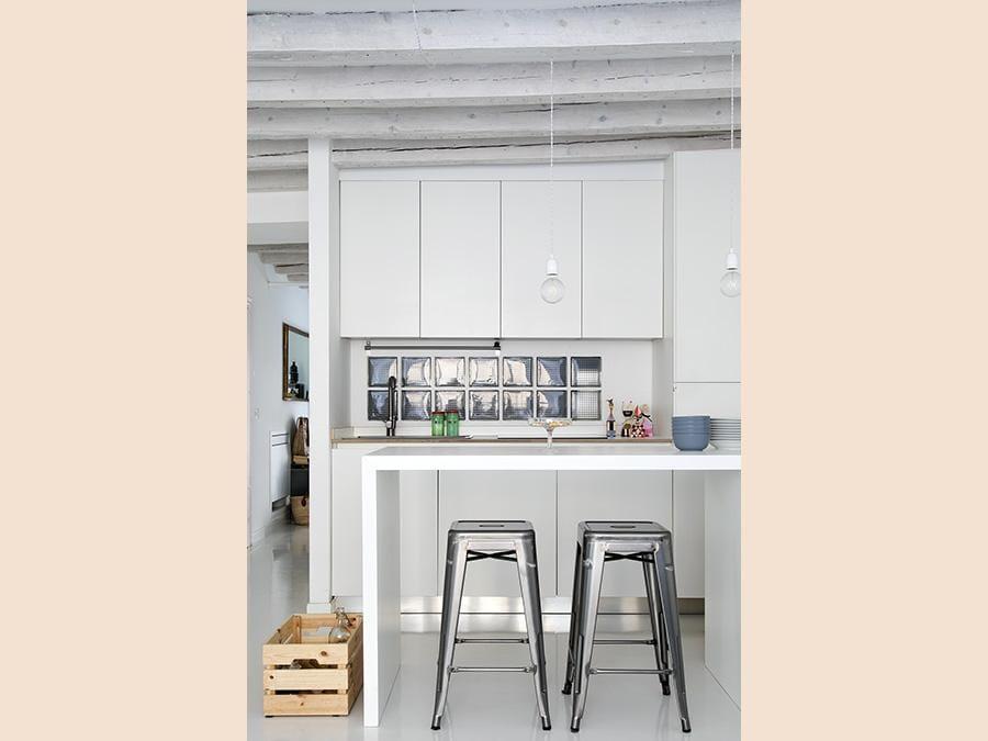 Casa privata, progetto Clara Bona, Studio 98. Soggiorno e cucina qui si trovano nello stesso ambiente. A separarli un mini bancone (Giulio Oriani)