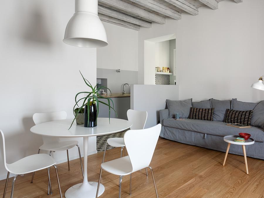 Casa privata, progetto Clara Bona, Studio 98. Un muretto basso separa la zona cucina da soggiorno e zona pranzo, una soluzione leggera per dividere lo spazio (Giulio Oriani)