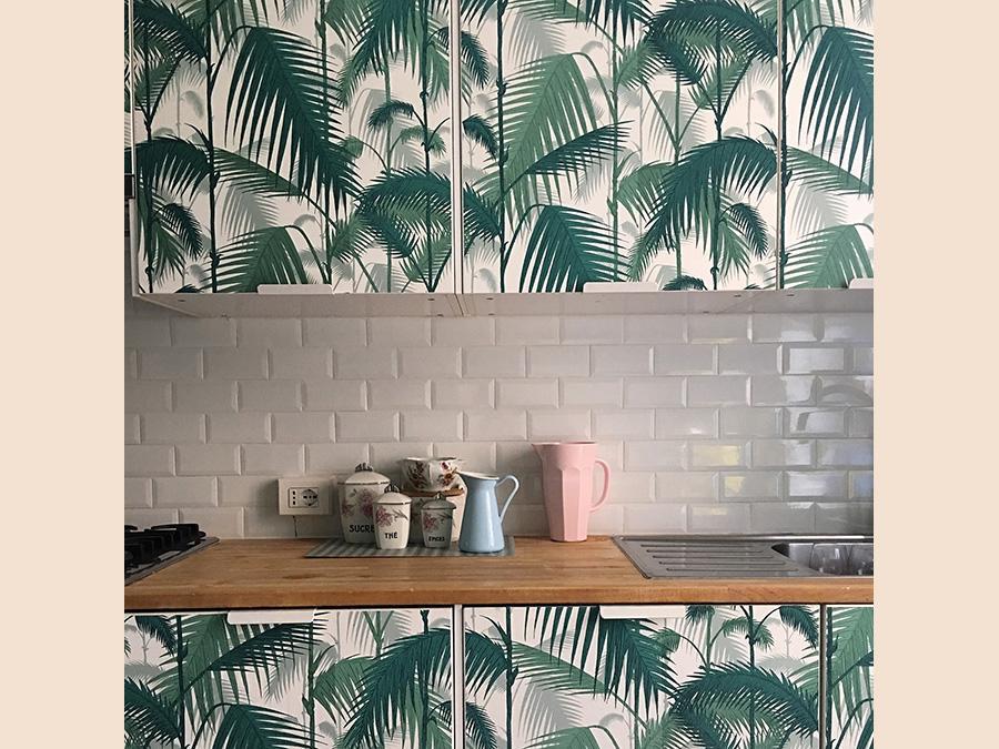 Casa privata, progetto di Stefania Passera, Nap Atelier. Qui la cucina a vista non è nascosta, ma esaltata dal recupero dei mobili preesistenti ricoprendo le ante con carta da parati Palm Jungle di Cole&Son