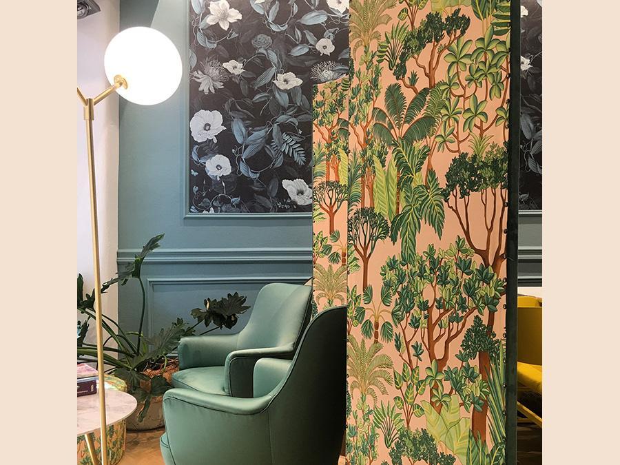 Progetto di Stefania Passera, Nap Atelier. Un paravento ricoperto di carta da parati moltiplica gli spazi. I colori alle pareti rendono avvolgente e armonioso anche il più piccolo degli spazi