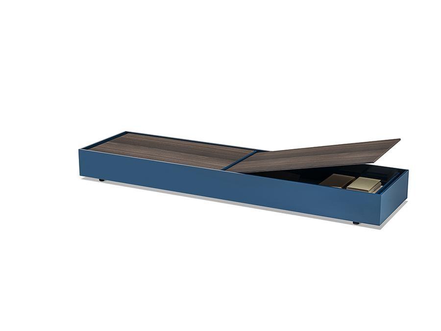 Living Divani, Flap, design Studio Klass. Tavolini contenitori disponibili nelle forme rotonda, rettangolare, quadrata e allungata, si identificano per la fascia laccata che accoglie il piano-coperchio in essenza che si apre grazie ad un pistone