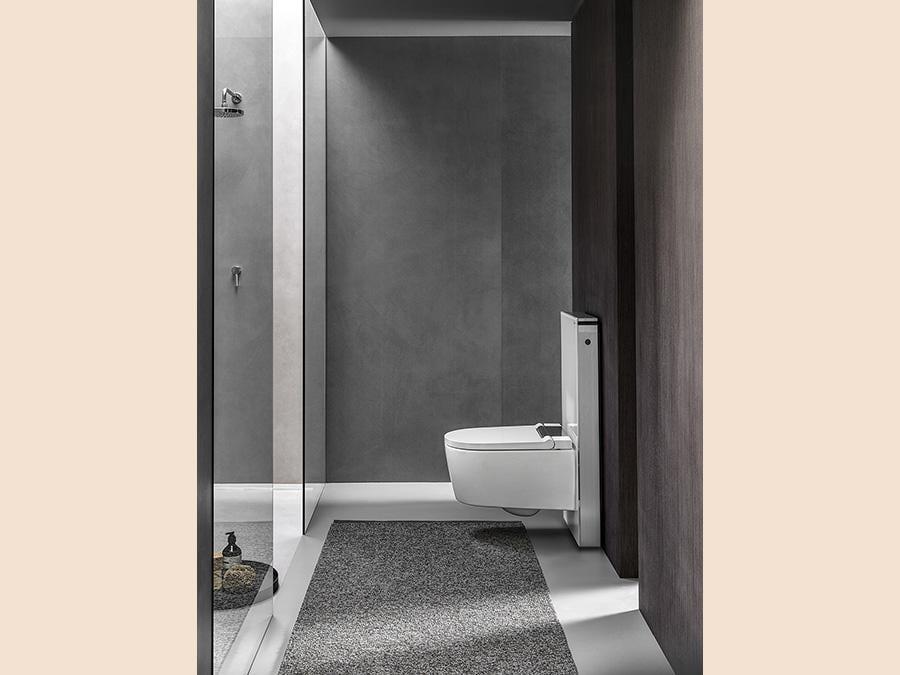 Geberit, AquaClean Sela, design Christoph Behling. vaso bidet che sembra al primo sguardo un normale WC. Le diverse funzioni comprendono l'esclusiva tecnologia brevettata WhirlSpray, che prevede un getto d'acqua pulsante, miscelato dinamicamente con aria, a cinque livelli di pressione e temperatura regolabili. Un rilevatore di presenza, attraverso un sensore apposito, impedisce che il getto d'acqua si attivi inavvertitamente. La tecnologia di risciacquo ottimizzata TurboFlush, basata sulla geometria interna asimmetrica del vaso senza brida, favorisce una pulizia estremamente efficace del vaso. Tutti i modelli AquaClean sono provvisti di un sistema di pulizia quasi completamente. Un programma automatico di decalcificazione agisce su tutte le componenti su cui scorre l'acqua in modo da preservare nel tempo le prestazioni del prodotto