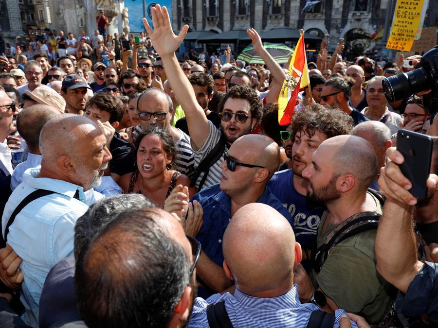 Sostenitori e contestatori di  Matteo Salvini (Reuters)