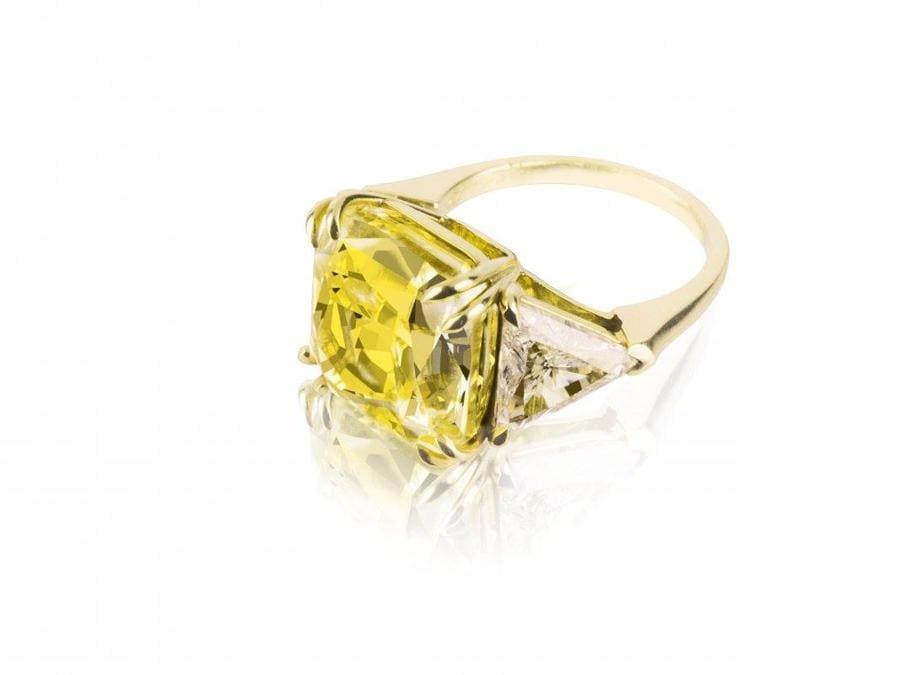 Bertolami -  Anello modello Trilogy con diamante fancy, stima 550-650.000€, venduto a 540.000