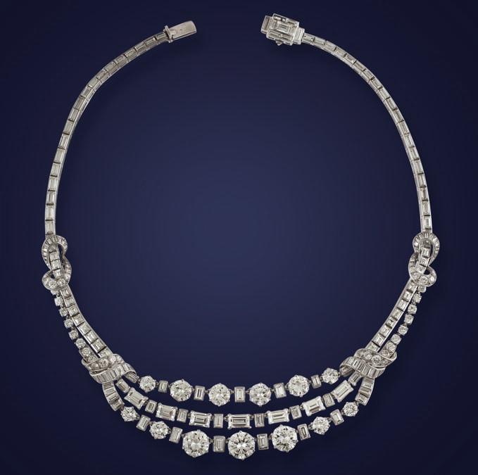 International Art Sale  - Collana girocollo a ghirlanda in platino, diamanti baguettes e brillanti. Diamanti del peso complessivo di 43,50 ct. Anni '60/70, stima 75-95.000 €, venduto a 88.000