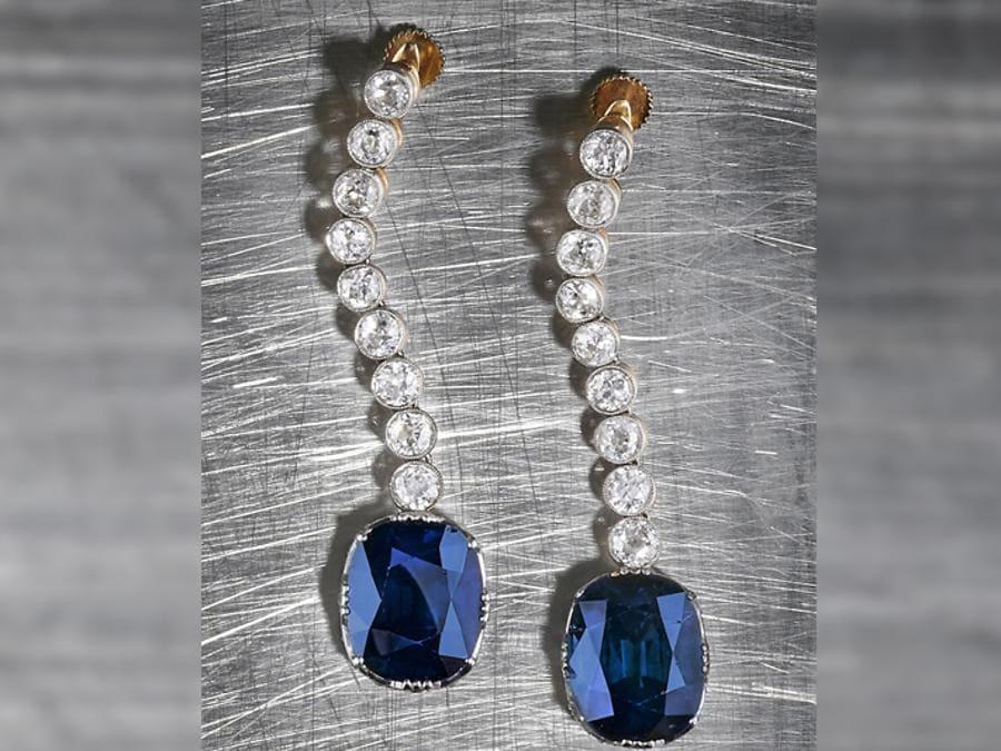 Wannenes - Coppia di orecchini pendenti con diamanti e zaffiri Kashmir  - Aggiudicati a € 2.400.000 (diritti esclusi) lotto 452 - Stima € 1.000.000 – 1.500.000 - Asta 504, 29 luglio 2019 Monte Carlo