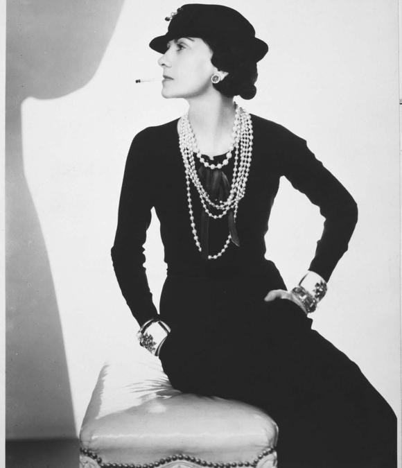 Coco Chanel ritratta da Man Ray con i suoi bracciali