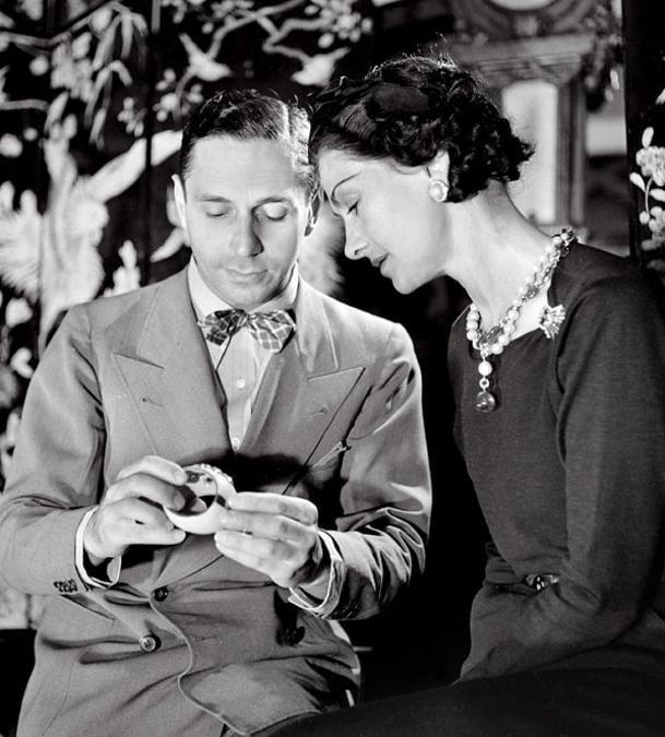 Coco Chanel e Fulco di Verdura ammirano uno dei due bracciali con la croce maltese che lui realizzò per lei nel 1935