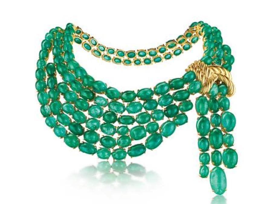 """La collana """"Sciarpa di smeraldi"""" fu realizzata nel 1941 per Dorothy Paley Hirshon: tornata da un viaggio in Colombia con delle gemme voleva una collana da indossare di giorno, dunque senza diamanti"""