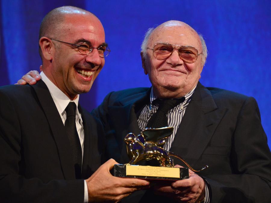 Francesco Rosi  riceve il Leone d'Oro alla Carriera da Fiuseppe Tornatore (Photo by GABRIEL BOUYS / AFP)