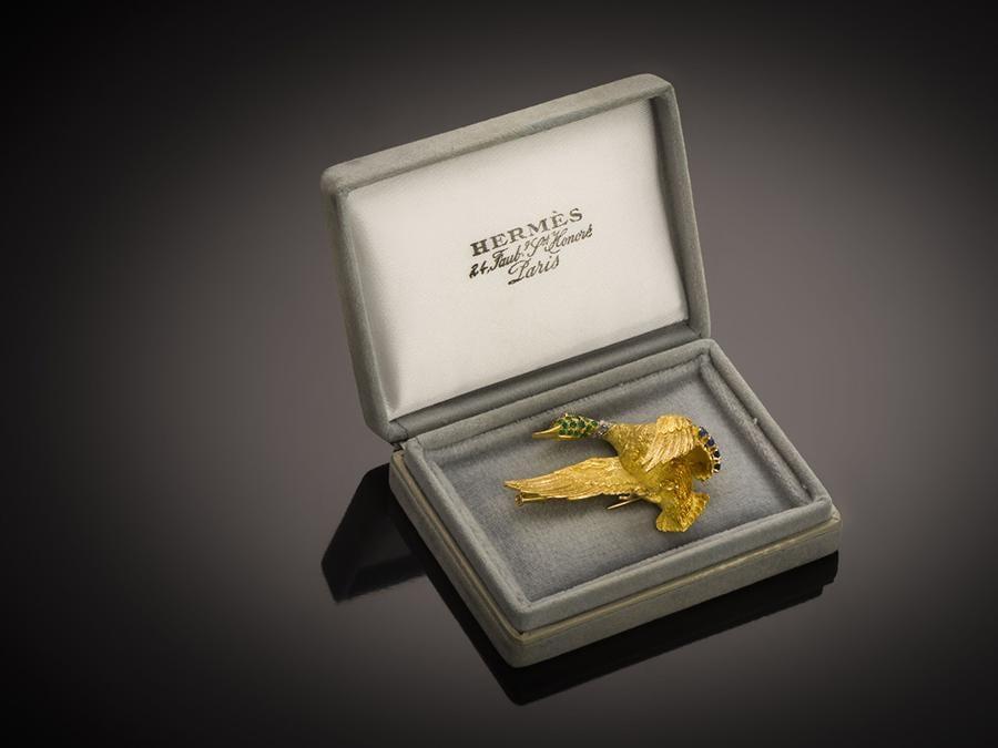 Spilla Hermès Paris disegnato da Georges Lenfant oro giallo 18 carati, ornato di diamanti smeraldi e zaffiri. Maison Riondet