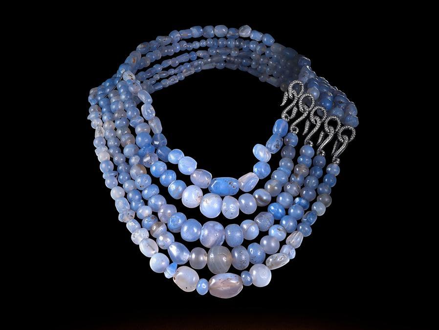 Collier con 5 fili di perle antiche blu. Maison Auclert