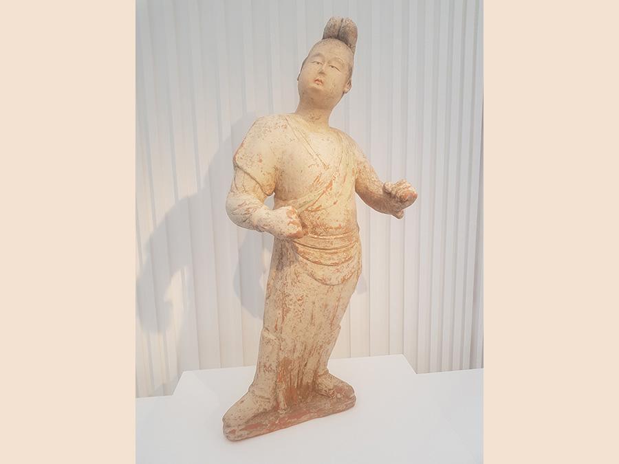 """Fat-Nobleman"", terracotta dipinta, provenienza cinese, dinastia Tang. 60 cm di altezza. Galleria Ming K'I Gallery"