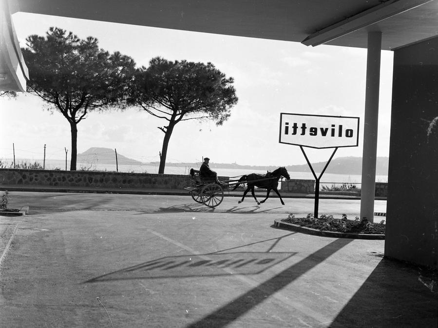 Stabilimento Olivetti di Pozzuoli, veduta sul mare (foto Fulvio Roiter)