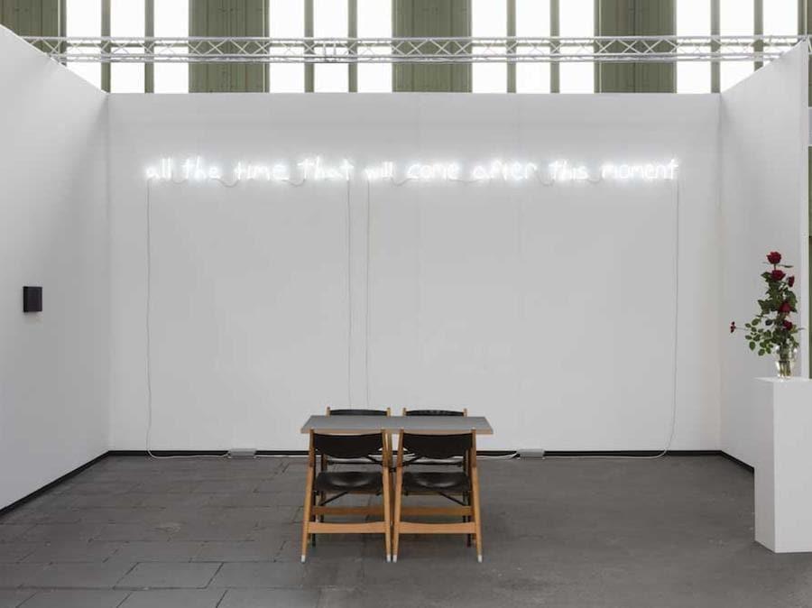 """Lo stand di ChertLudde (Berlino) alla fiera Art Berlin 2019, dedicato all'americano David Horvitz (classe 1982) e al suo sforzo di intrappolare lo spazio e il tempo. Per esempio, l'opera """"All the time that will come after this moment"""", 2019, è una scritta al neon modellata sulla calligrafia dell'artista, composta da due parti che recitano: """"tutto il tempo che è venuto prima di questo momento, tutto il tempo che verrà dopo questo momento"""" (9.000 euro + Iva per un solo neon, 14.000 per entrambi). Caratteristico della sua pratica, il lavoro si sforza di separare un momento dal resto del tempo, sollevando domande sulle sue qualità, sulla sua connessione con il tutto e sulla nostra percezione di esso (Photo credit Andrea Rossetti, Courtesy ChertLüdde)."""