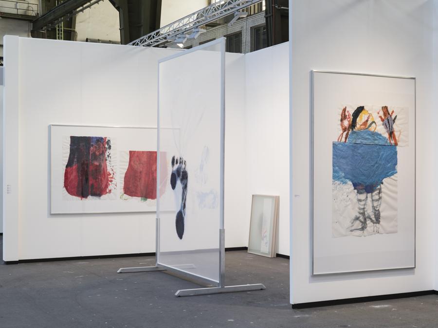 Lo stand di Daniel Marzona (Berlino) alla fiera Art Berlin 2019, un solo show della tedesca Sarah Loibl (classe 1987), una nuova artista della galleria molto apprezzata in Italia, tanto che la sua opera più grande della prima mostra in galleria, all'inizio di quest'anno, è stata venduta proprio nel nostro paese (prezzi in fiera tra 3.500 e 8.000 euro). I suoi dipinti rappresentano una riflessione sul movimento, il corpo, lo spazio. Nei suoi ritratti cattura le pose, i gesti, la fluidità dei movimenti dei suoi modelli. I ritratti su carta da lucido vengono usati per creare collage, oppure vengono sovrapposti per creare spazi pittorici in cui il corpo si muove privo di gravità (Courtesy Daniel Marzona)
