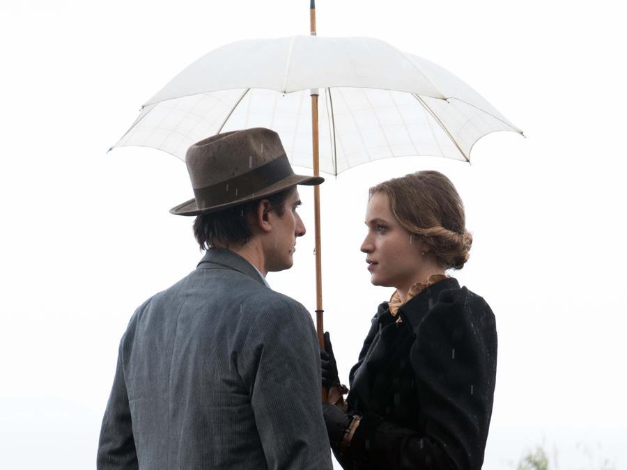 Jessica Crossy e Luca Marinelli  in una scena del film 'Martin Eden' (Italy Photo Press)