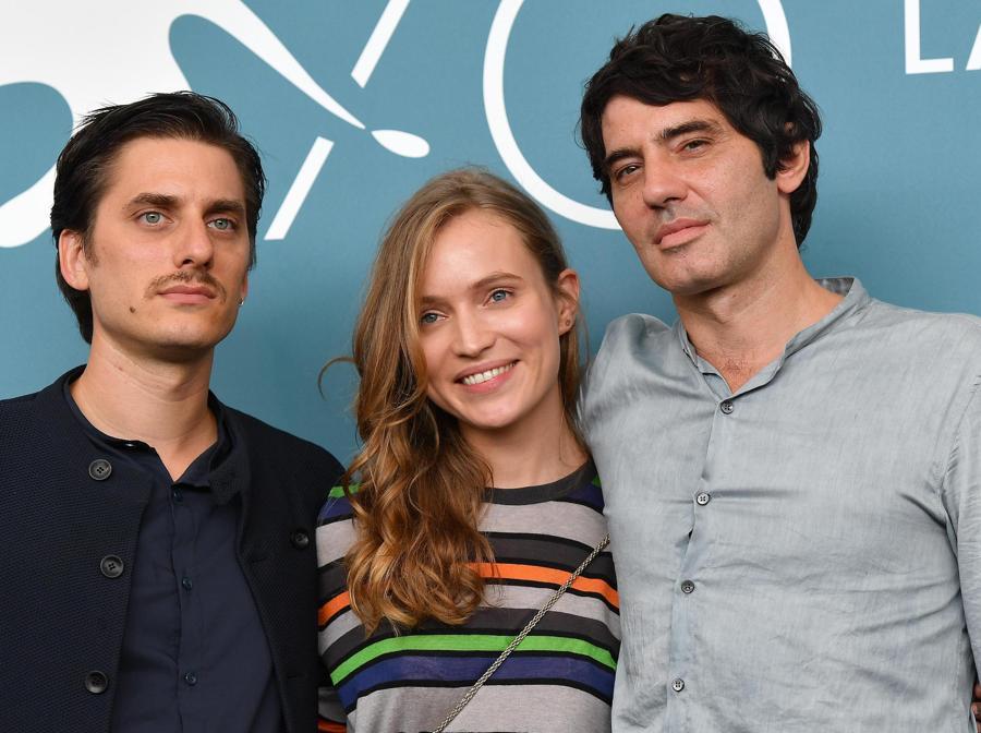 Da sinistra, Luca Marinelli, Jessica Cressy e Pietro Marcello (Ansa)