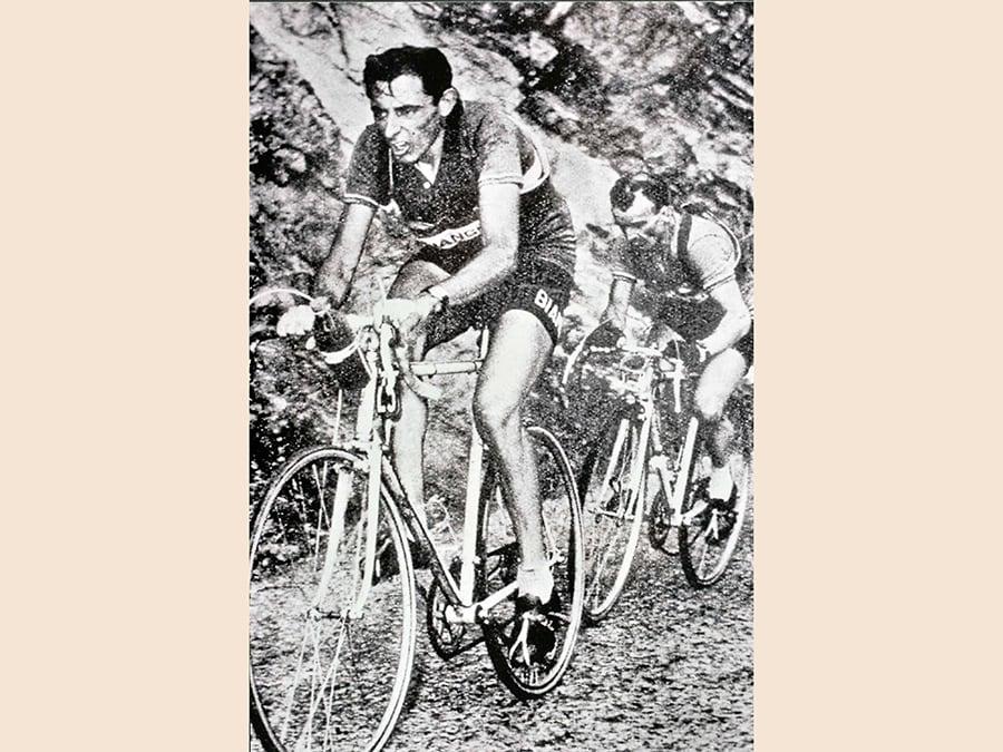 Fausto Coppi davanti a Jean Robic, in una immagine del 1952. (ANSA/MUSEO DEI CAMPIONISSIMI)