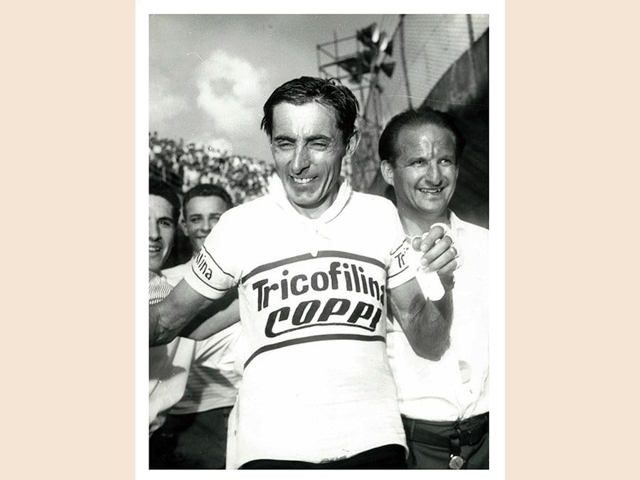 Il giornalista Alceo Moretti (a destra) ritratto a fianco di Fausto Coppi (era il suo manager) in una foto di archivio diffusa dal gruppo Moretti.(ANSA/UFFICIO STAMPA GRUPPO MORETTI)