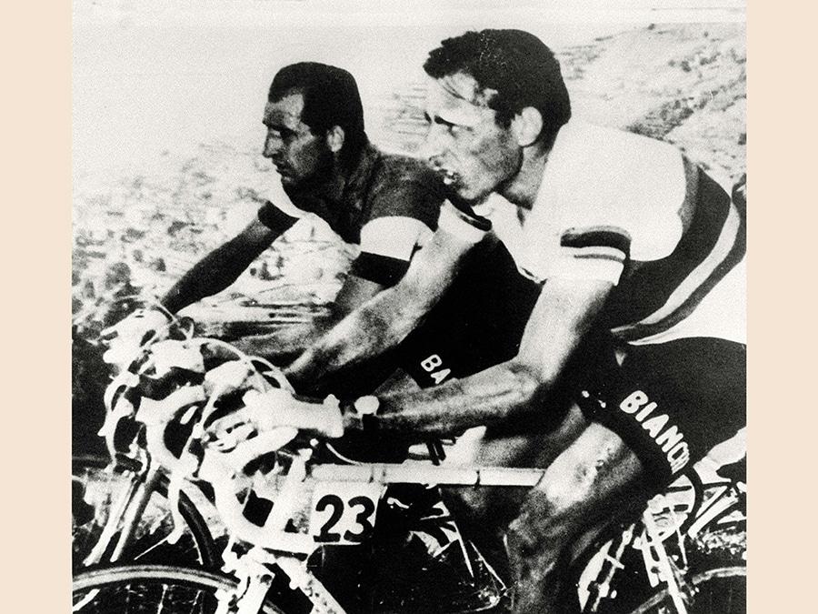 Nella foto di repertorio Gino Bartali (sinistra)  e Fausto Coppi fianco a fianco durante una gara ciclistica (ARCHIVIO /ANSA/I)