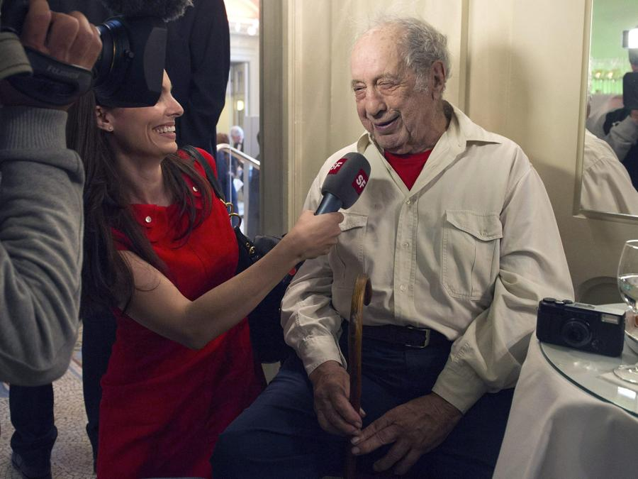 Robert Frank durante un'intervista alla Televisione svizzera, durante una premiazione a Berna nel 2012 (EPA/LUKAS LEHMANN)