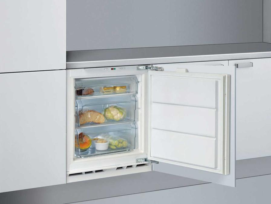 Indesit, ZA1/1, congelatore verticale da incasso, con una capacità da 91 litri, un'autonomia senza elettricità di 27 ore, una capacità di congelare 10 kg ogni 24 ore. Classe climatica T, adatta a climi molto afosi, sino a 43 gradi.