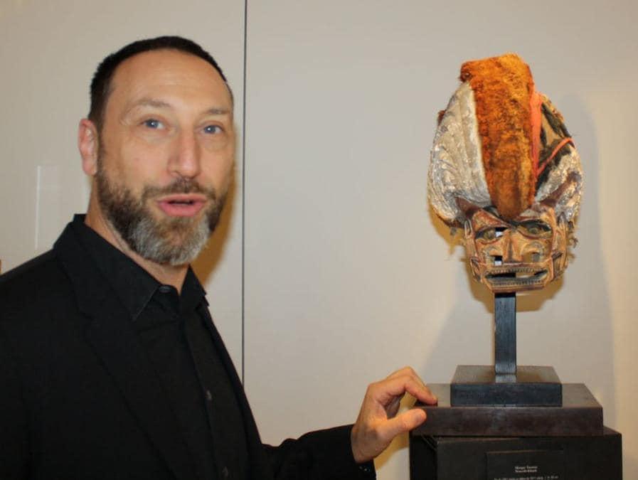 Galleria Flak. Julien Flak accanto a una maschera della Nuova Irlanda del valore di circa 55.000 euro. La galleria ha organizzato la mostra: Poésie féroce, nella quale erano presentate circa 30 opere. Prezzi: 5.000 - 120.000 euro.  www.galerieflak.com (foto Antonio Aimi)
